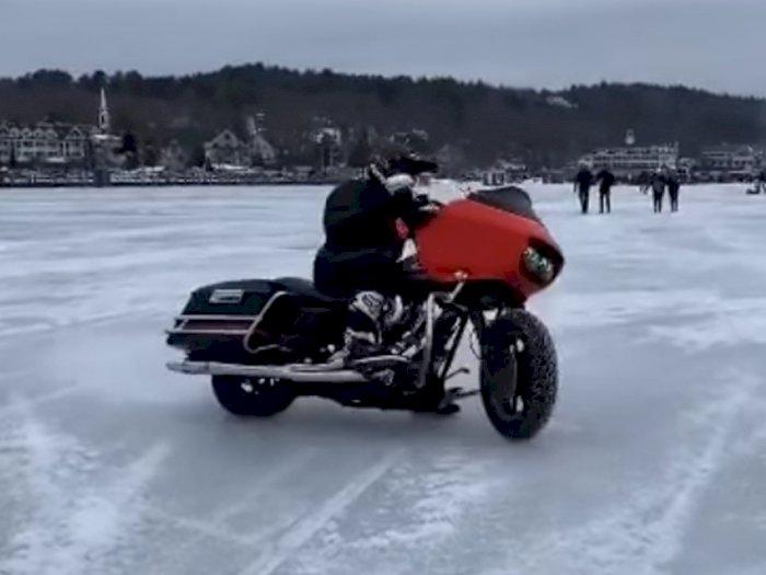 Melihat Aksi Drifting Motor Harley Davidson di Atas Sungai yang Membeku
