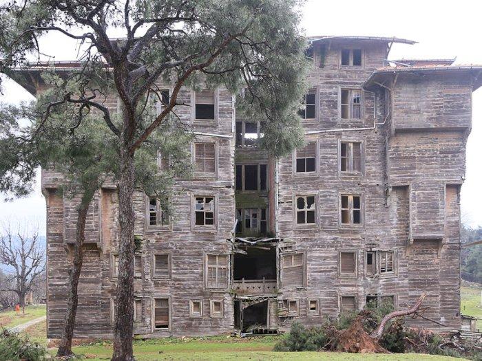 Bangunan Kayu Terluas dan Tertua, Kasino yang Menjadi Panti Asuhan