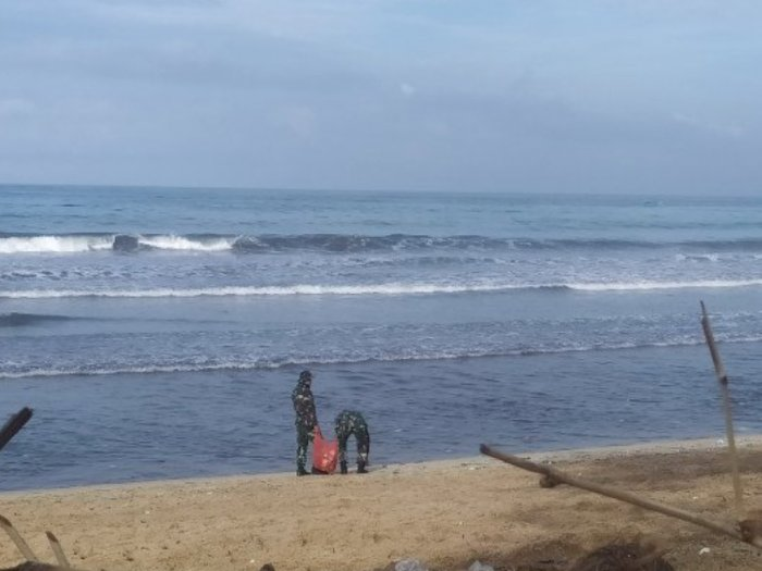 Banyak Sampah Bahayakan Wisatawan di Pantai Kuta, Prajurit TNI AL Ikut Membersihkan