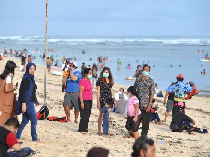FOTO: Liburan Tahun Baru di Pantai Pandawa Bali