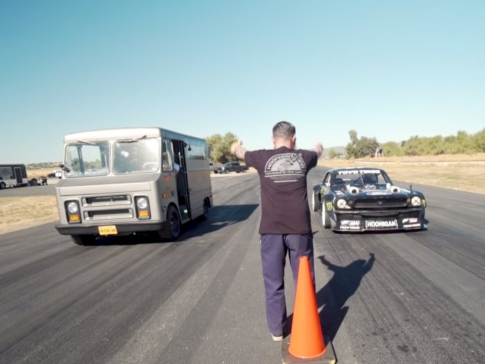 Ketika Ford Mustang 1.400HP Melawan Mobil Van 420HP di Pertandingan Drag Race