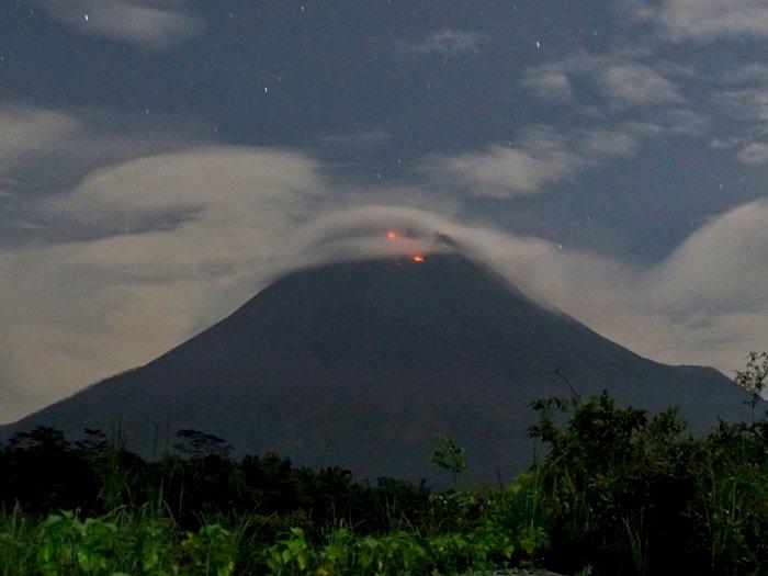 FOTO: Gunung Merapi Mengeluarkan Lava Pijar