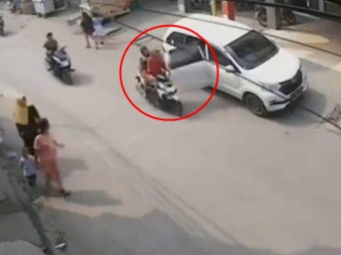 Detik-detik Emak-emak Bawa Balita Jatuh Tersungkur Gegara Pintu Mobil