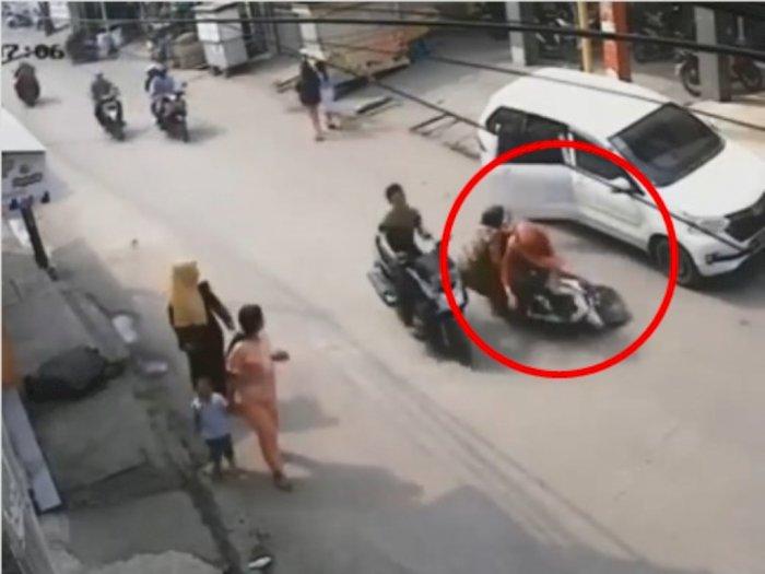 Ibu-Ibu Naik Motor Tabrak Pintu Mobil yang Terbuka Tiba-tiba, Kepala Anak Terbentur Aspal