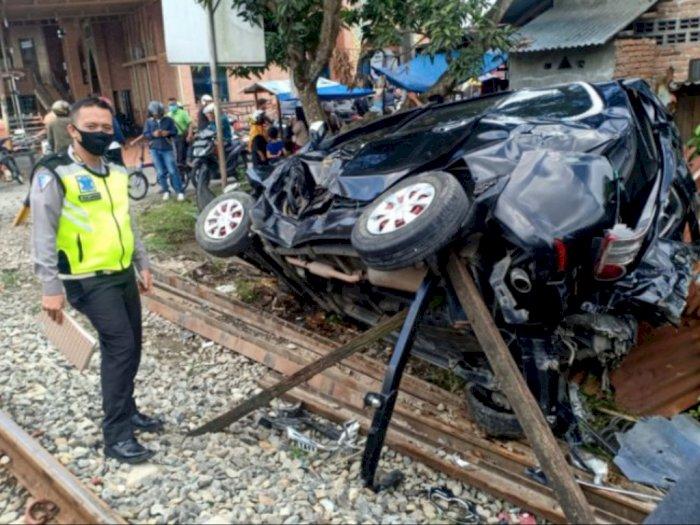 Sebuah Mobil Penumpang Ditabrak Kereta Api di Binjai, Sang Sopir Alami Luka-luka