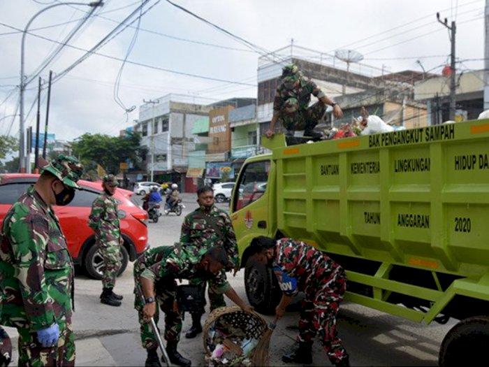 Ratusan TNI di Pekanbaru Turun ke JalanBersihkan Tumpukan Sampah Membusuk
