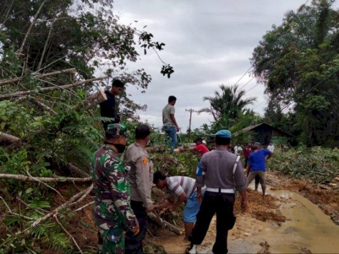 Intensitas Hujan Tinggi, Jalur Lintas Sibolga-Sorkam Terhalang Longsor, Batu Tutupi Jalan