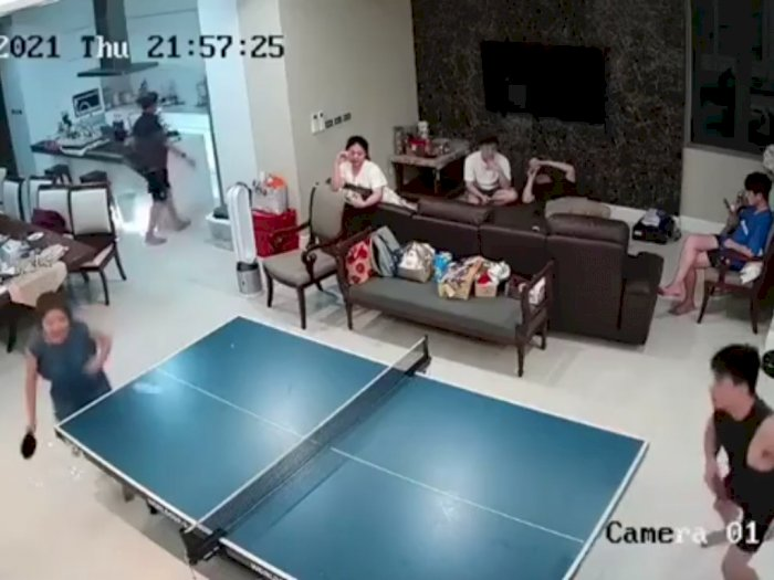 Lagi Asyik Lihat Keluarganya yang Main Tenis Meja, Wanita Ini Alami Hal Tak Terduga