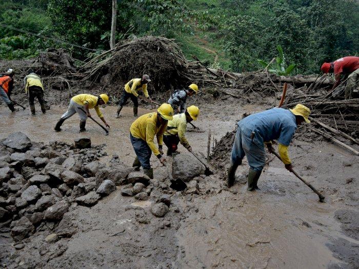FOTO: Tanah Longsor di Jalur Alternatif Bandung-Garut