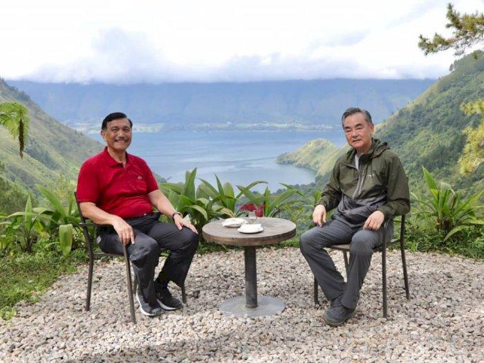 Kunjungi Indonesia, Luhut Ajak Menlu China Wang Yi Nikmati Keindahan Danau Toba