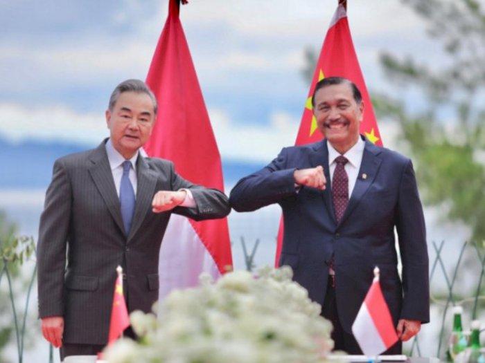 Bahas Investasi dan Perdagangan, Menko Luhut Terima Kunjungan Menlu China di Danau Toba