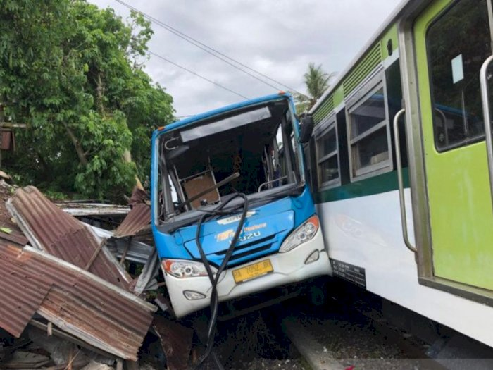 Ngeri! Kecelakaan Kereta Bandara dan Bus Trans Padang, Warung Warga Ikut jadi Korban
