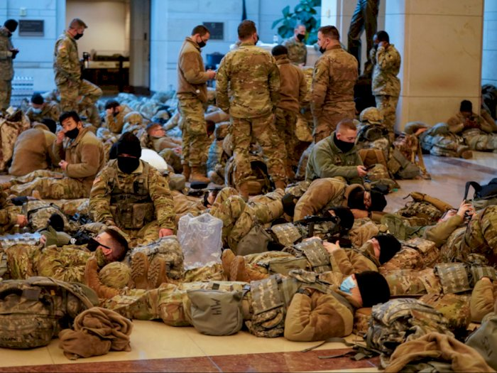 Potret Pasukan Garda Nasional AS Tertidur Lelah di Tengah Persiapan Pelantikan Joe Biden