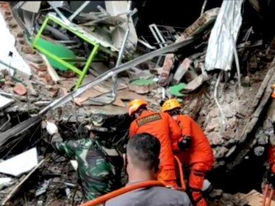 Basarnas Berusaha Evakuasi 2 Korban Gempa Mamuju yang Tertimbun Reruntuhan Bangunan