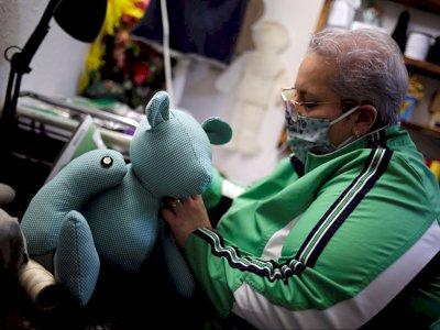 Redahkan Kesedihan, Wanita Ini Buat Boneka dari Pakaian Pasien Covid-19 yang Meninggal