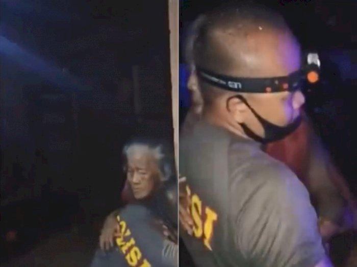 Salut, Polisi Baik Hati Ini Gendong Lansia Sebatang Kara yang Terjebak Banjir di Rumahnya