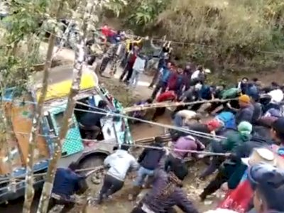 Video Warga Desa Gotong Royong dan Berhasil Tarik Truk yang Masuk Jurang, Bikin Takjub