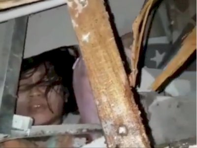 2 Anak Perempuan Merintih di Bawah Runtuhan Rumah Akibat Gempa, yang Satu Tak Bergerak