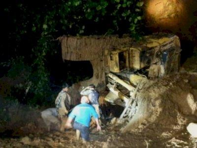 Operator Excavator Tewas Masuk Jurang dan Tertimbun Longsor saat Bersihakan Jalan