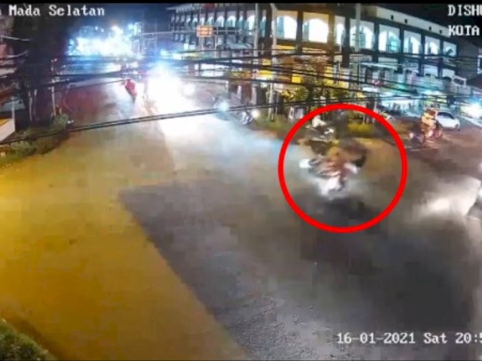 Langgar Lampu Merah, Dua Pengendara Motor Adu Kambing, Terpental Hingga ke Pinggir Trotoar