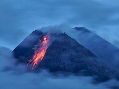FOTO: Gunung Merapi Muntahkan Lava Pijar dan Awan Panas