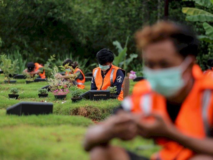 FOTO: Berdoa di Makam Khusus COVID-19 Bagi Pelanggar Protokol Kesehatan di Tangsel