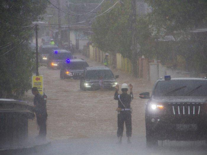 Video Rombongan Mobil Presiden Jokowi Terjang Banjir Saat di Kalsel