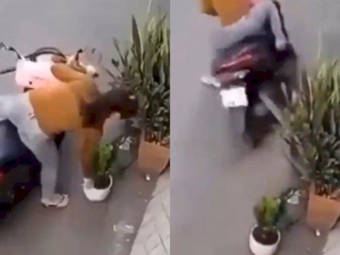 Video Perempuan Gagal Mencuri Bunga, Malah Jatuh Tersungkur dari Motor karena Ulah Sendiri