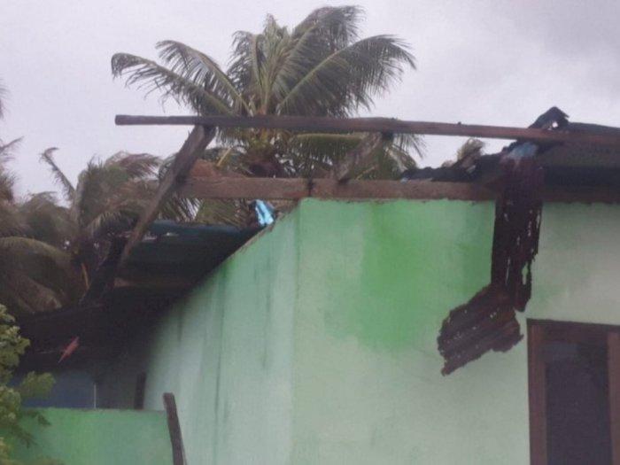 Diawali Hujan Kencang, Angin Puting Beliung di Desa Bo'a Rusakkan Belasan Rumah Warga