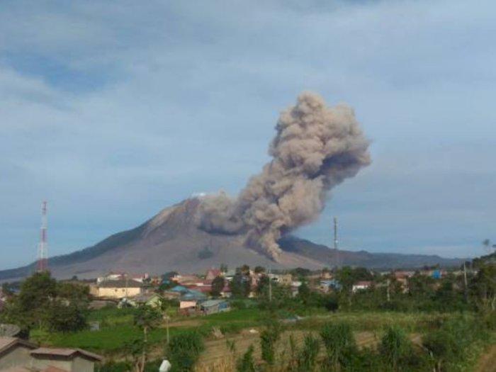 BPBD Karo Sebut Gunung Sinabung Berlevel Siaga, Erupsi di Atas Puncak Capai 2.960 Meter
