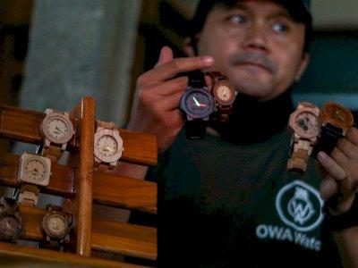 FOTO: Produksi Jam Tangan Kayu