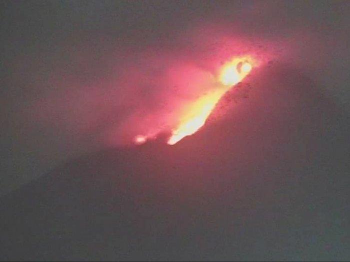 Detik-detik Gunung Merapi Muntahkan Lava Pijar dan Awan Panas, Selasa Dini Hari