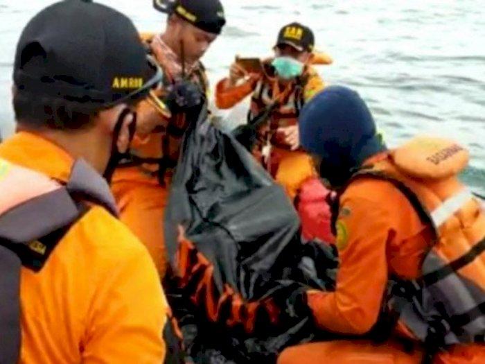 Evakuasi Korban di Titik Jatuhnya SJ182, Kapal Basarnas Tabrakan dengan Kapal Lain