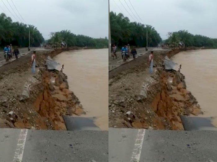 Aliran Sungai Batang Serangan Banjir, Jalan Menuju Kawasan Wisata Tangkahan Terputus