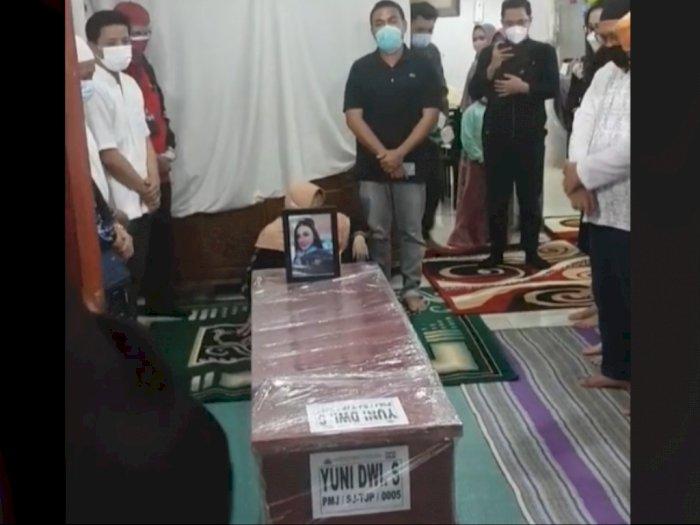 Jenazah Pramugari Yuni Dwi Saputri Tiba di Rumah Duka, Netizen Salfok ke Peti Jenazah