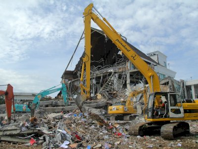 FOTO: Pembersihan Puing Bangunan Pasca Gempa Sulawesi Barat