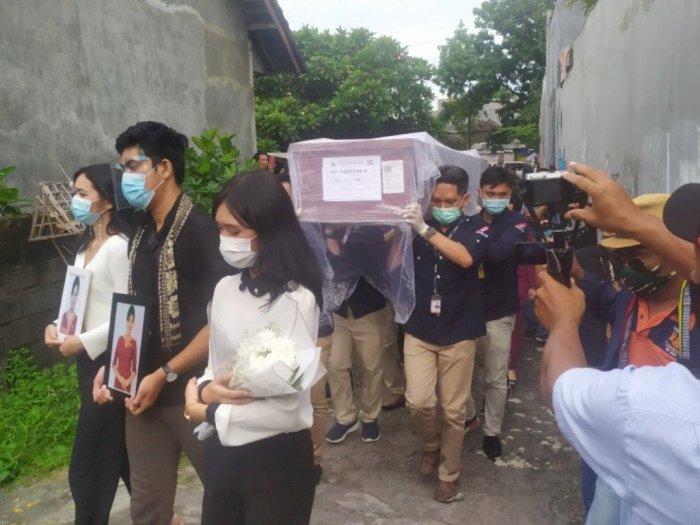 Teman Satu Kos Antarkan Jenazah Pramugari Sriwijaya Air Mia Tresetyani ke Rumah Duka