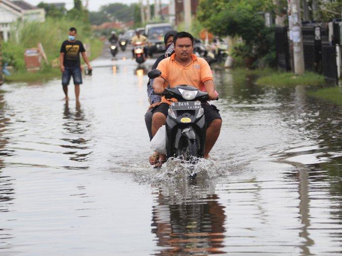 FOTO: Banjir Akibat Drainase Buruk di Indramayu