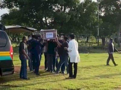 Jenazah Pramugari Gita Lestari Dimakamkan, Netizen Salfok ke Anak Kecil di Pemakaman