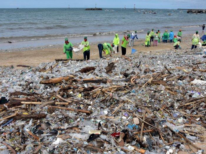 FOTO: Sampah Kiriman Akibat Cuaca Ekstrim di Bali
