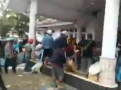 Detik-detik Bantuan Logistik Untuk Korban Gempa Mamuju Ludes Dijarah Ratusan Warga