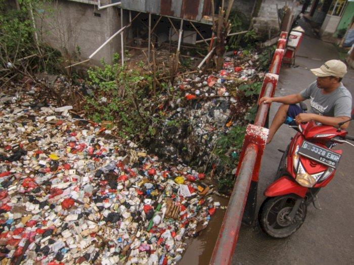 FOTO: Kali di Depok Dipenuhi Sampah