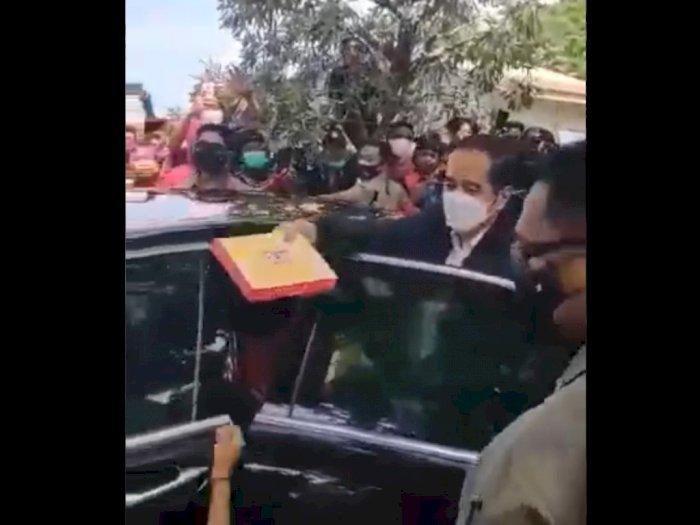 Video Joko Widodo Bagi Bingkisan kepada Korban Bencana, Tapi Penerima Diduga tak Bermasker
