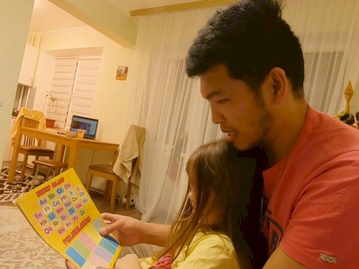 Tonton Aksi YouTuber Benni Sitanggang Ajari Anak Bulenya Berhitung Pakai Bahasa Batak