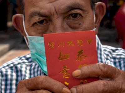 FOTO: Pembagian Angpau Menjelang Imlek untuk Lansia di Semarang