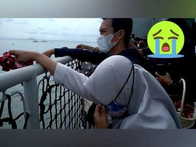 Video Haru Keluarga Korban Pesawat Sriwijaya Air Tabur Bunga, Air Mata Tak Terbendung