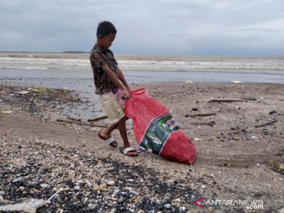 Kapal Tongkang Batu Bara Dihantam Ombak, Warga Berebut Kumpulkan, Dapat 3 Ton untuk Dijual