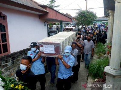 Ratusan Orang Ramai-ramai Antarkan Jenazah Pramugara Sriwijaya Air ke Pemakaman