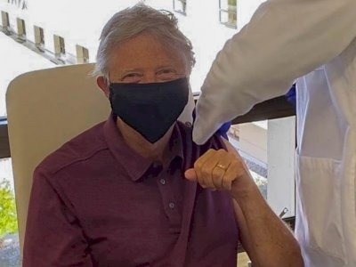 Begini Penampakan Bill Gates Disuntik Vaksin Corona di Usia 65 Tahun