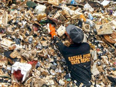 FOTO: Aksi Membersihkan Sampah Kali Baru Cijantung